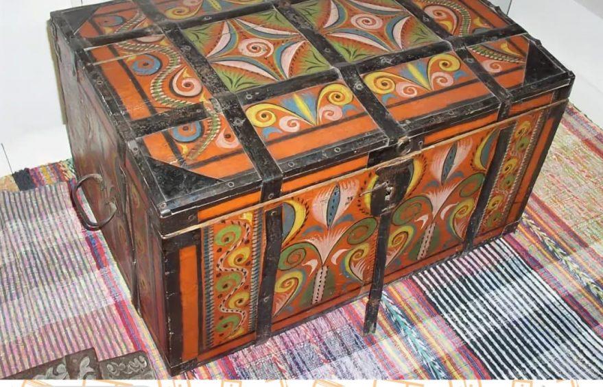 Мебель, вышедшая из обихода. Сундук